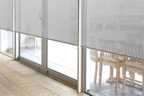 grijs gordijn voor oog raamdecoratie