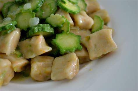 pasta con i fiori di zucchina gnocchi ai fiori di zucchina ricetta vegan greenme