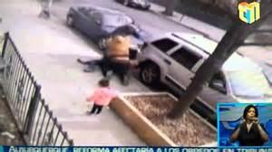 dos hombres una mujer haciendo el video hombre golpea mujer e hija queens youtube