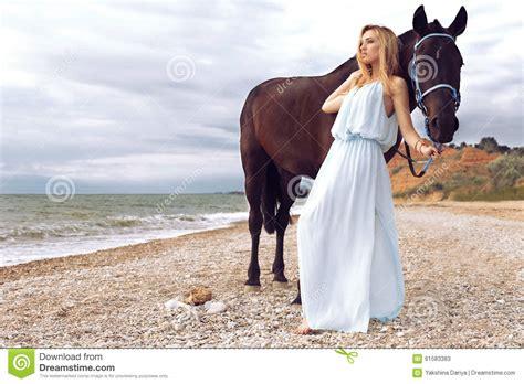 donna bionda con il cavallo immagine stock immagine la giovane donna bionda porta il vestito elegante posante