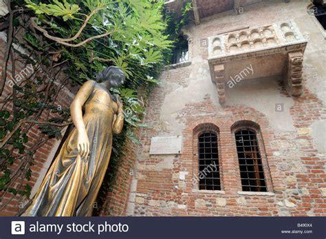 casa giulietta balcony and statue of juliet in the quot casa de giulietta quot in