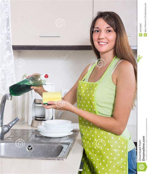 cuisine de femmes vaisselle de cuisine de lavage de femme photo stock