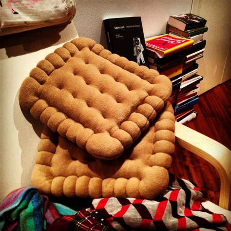 cuscini biscotto biscotti sul divano tegamini