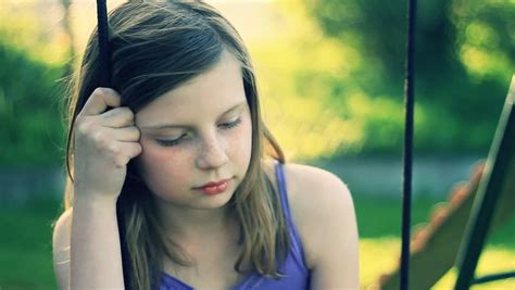 preteen luiza model sad preteen girl sitting on swing videos de metraje en