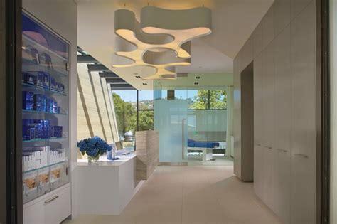 obagi skin health institute una parete maestosa in travertino per l obagi skin health
