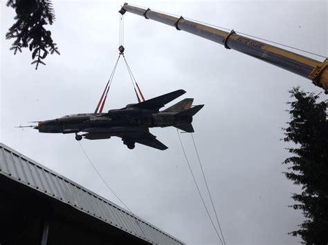 Kran Jet 220 tonnen kran hievt kfbomber aus museum deutsches