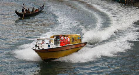 Autoversicherung Italien by Venedig Krankenwagen In Der Aktion Redaktionelles Foto
