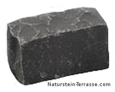 basaltsteine verfugen basaltpflaster verlegen naturstein terrasse