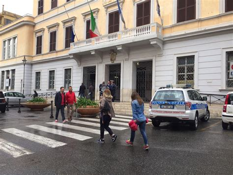 comune di anzio ufficio anagrafe pioggia chiuso il comune di piazza battisti il clandestino