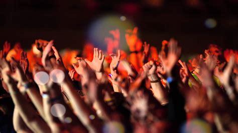 imagenes de multitudes orando un mensaje a los que han dejado de congregarse soltar la