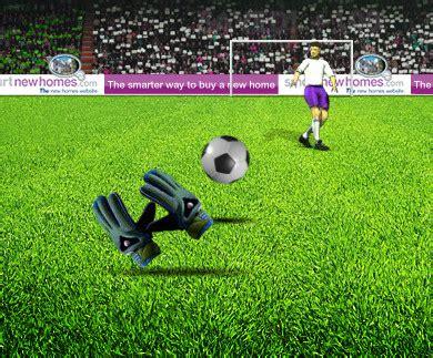 giochi calcio portiere goalkeeper indossa i guanti da portiere e para i rigori