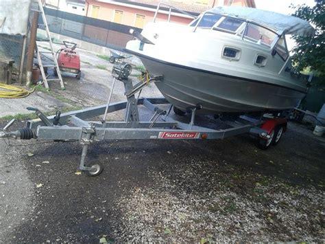 open kajuitboot fiart s p a open kajuitboot met dubbelassige satellite