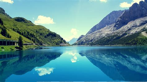 desktop themes reflections the reflection of mountains in water looking beautiful