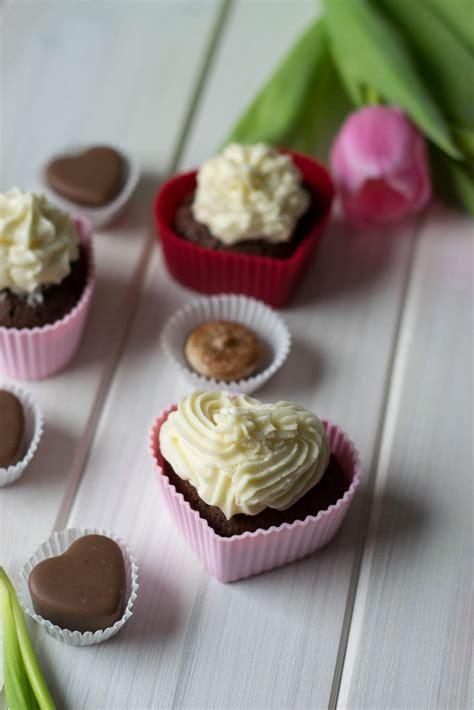 valentinstag kuchen in herzform schoko cupcakes zum valentinstag giveaway