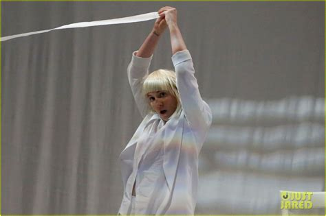 Dancer In Chandelier Lena Dunham Performs Interpretive To Sia S Chandelier On Late Now