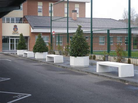 coches de banco bancos y jardineras hexagonales en un colegio para evitar