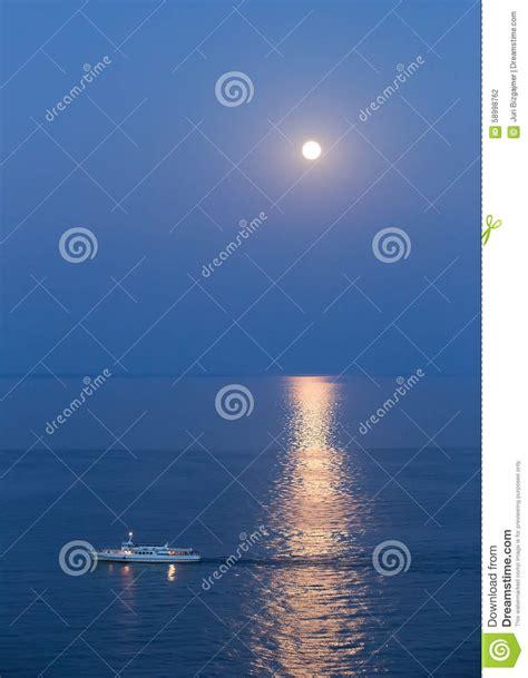 schip zwarte zee schip in de zwarte zee bij maanlichtnacht stock foto