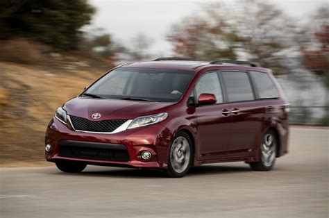 lexus van 2015 2015 toyota sienna se front three quarters in motion photo 59