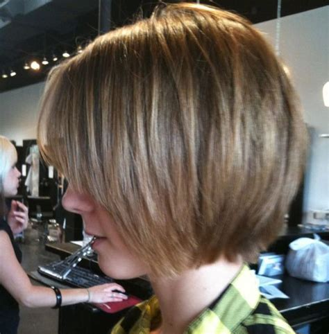 hairstyles for women with a large chin jaw length bob slightly shaggy chin length bob hair
