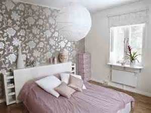 Pink bedding white and black wallpapers decorating ideas