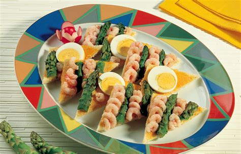 come cucinare asparagi con uova ricetta tartine con uova gamberetti e asparagi le