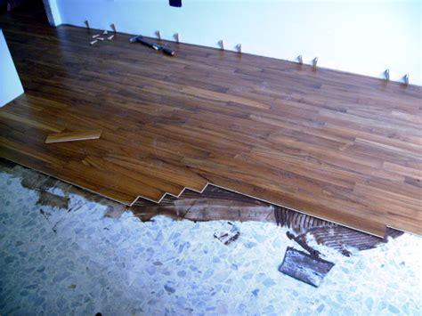 smantellare pavimento lavori in casa posare un pavimento nuovo su un pavimento