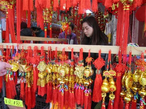 new year gifts nyc lunar new year brings shoppers worshipers to chinatown