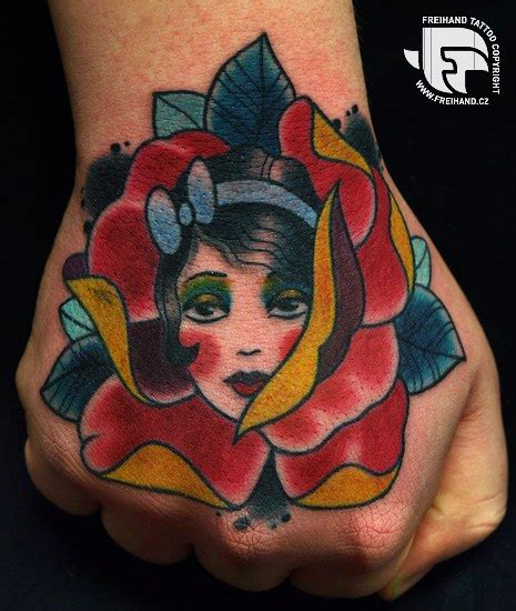 tattoo hand old school old school blumen frauen hand tattoo von freihand tattoo