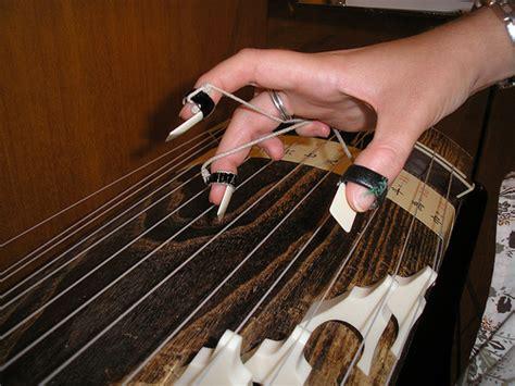 Alat Musik Pelindung Jari Silikon Untuk Memetik Senar Gitar Isi 4pcs alat petik koto asal jepang artikel musik
