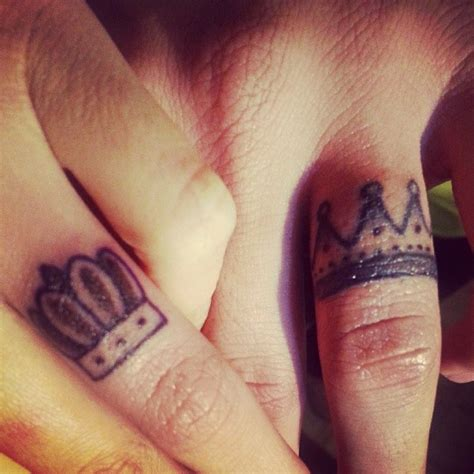 couple tattoo on finger king queen couple finger tattoos tattooshunt com