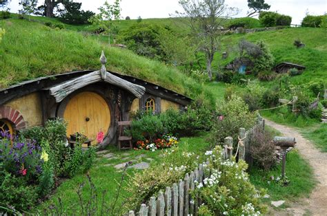 cute lord of the rings hobbit houses in new zealand hobbiton by irissiel on deviantart