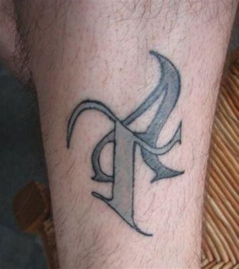 lettere tatuate photo le tatouage lettre t sur la cheville