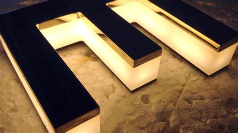 lettere luminose lettere luminose in plexiglass e ottone massello bagno oro
