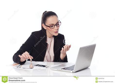 dans le bureau femme faisant la manucure dans le bureau photo stock