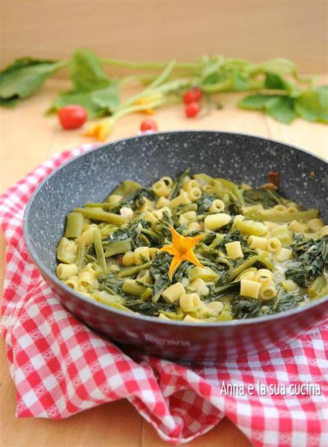 fiori di zucca o zucchina pasta con i tenerumi o taddi di zucchina e la sua
