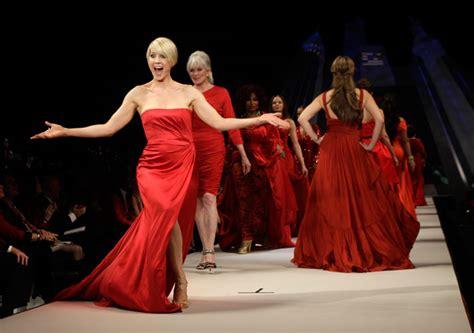 dive americane foto le dive sfilano in rosso per le donne americane 11