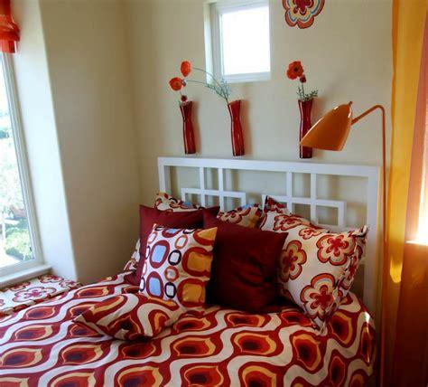 graue schlafzimmerwände offene dachstuhlkonstruktion