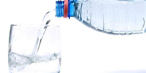 due litri di acqua quanti bicchieri sono pieno di energia con pochi bicchieri di acqua