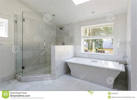 Bella Doccia Con Vasca Da Bagno #1: bagno-moderno-con-la-doccia-e-la-vasca-35055823.jpg