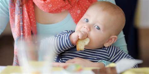 ab wann können baby essen ab wann d 252 rfen babys brot brotrinde essen