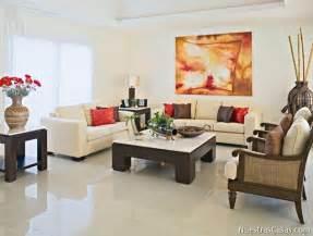Los pisos de la sala de estar peque 241 a con tonalidades oscuras o con