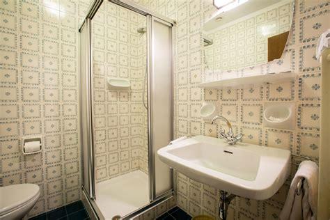 piastrelle anni 70 6 piccole grandi differenze tra i bagni italiani di oggi e