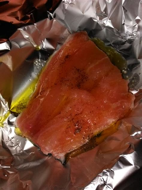 cucinare il filetto di salmone filetto di salmone fresco al cartoccio e patate cotte in