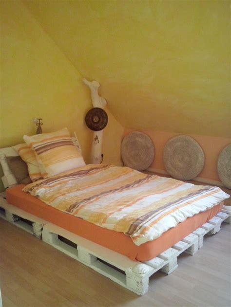 sitzkissen bett schlafzimmer bett aus paletten wanddeko aus sitzkissen