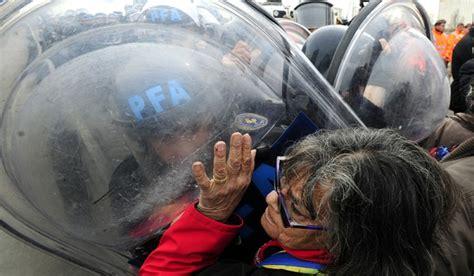 aumento a la policia federal 2016 argentina la polic 237 a federal reprimi 243 a jubilados que