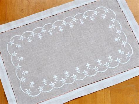 Linen Place Mats by 4 Pc Set White Linen Placemats With Fleur De Lis