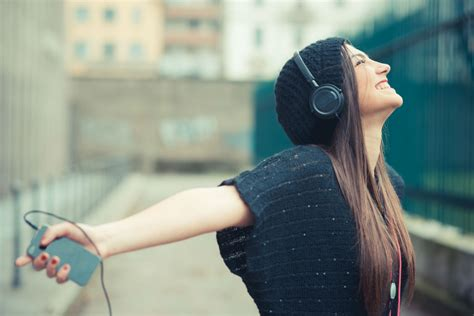 Mendengarkan Musik papasemar kreatif kunci hidup bahagia selamanya