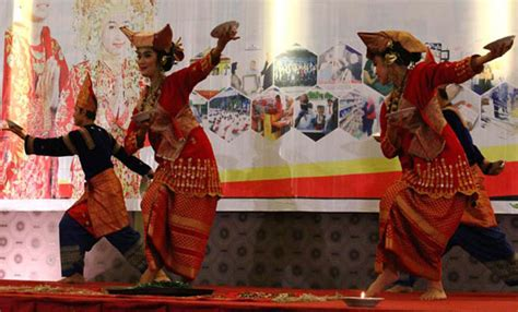 membuat makalah seni tari tari piring tari tradisional padang seni budaya khas