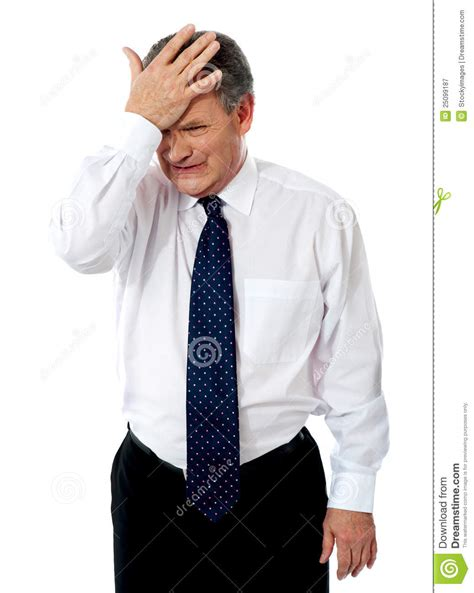 la mano sulla uomo corporativo anziano triste con la mano sulla testa