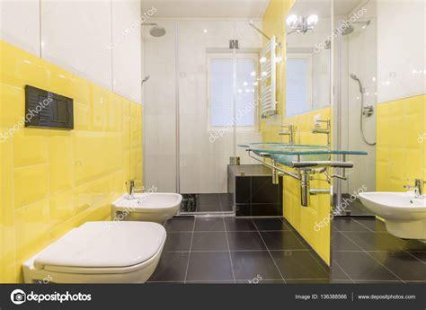 piastrelle bagno stock bagno con piastrelle gialle foto stock 169 photographee eu